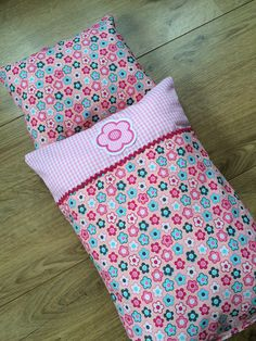 Beautiful doll bedding for all little doll moms. - Beautiful doll bedding for all little doll moms. The bed linen is ideal for small doll beds or for - Sewing Machine Projects, Sewing Projects For Beginners, Sewing To Sell, Sewing For Kids, Doll Beds, Little Doll, Baby Knitting Patterns, Linen Bedding, Bed Linen