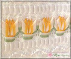Marca: Karsten, 99% algodão e 1% viscose  Medida: 33 x 50cm  Cor: branca (canelada)  Trabalho: Tulipas em fita de cetim laranja e verde, mescladas de branco, fita cetim branca, fita de organza, linha prata, pérolas e renda guipir.  As toalhas bordadas com fita não deformam mesmo lavadas na máquina.