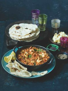 Přijměte pozvání na indickou hostinu! Uvařili jsme voňavý dhál, napekli čapátí a můžeme začít hodovat... Dhal, Paella, Invite, Food And Drink, Ethnic Recipes, Kitchen, Table, Cooking, Kitchens