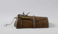 Rijkswerf Vlissingen | Flint gunlock for a 12-pounder cannon on a wooden breech, Rijkswerf Vlissingen, Brignol, c. 1801 | Vuursteenslot op een houten kulas van een 12 pond kanon. Het slot heeft een messing huis met ijzeren slotmechaniek, trekker, haan, pandeksel en staartbout met vleugelmoer. De bovenste lip van de haan ontbreekt. Het slot is met de staartbout door de hoogste sieraadband aan de rechterzijde van het zundgat gemonteerd. De pan is lang en het pandeksel in twee stukken verdeeld…