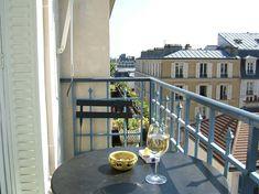 balkon deko ideen gelbe bodenvase rattansessel   Balkonmöbel ...