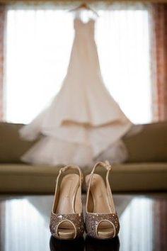 Vorm; de hakken, Restvorm; de vervaagde jurk en de achtergrond eromheen.