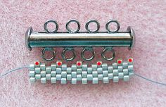 How to do peyote and leave spaces to attach the clasp.  Not in English, but good pictures.