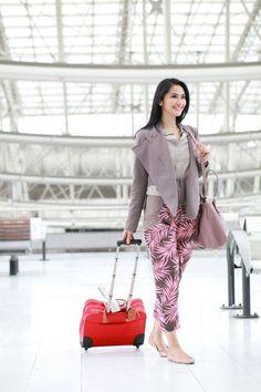 Airport fashion of Maudy Koesnaedi