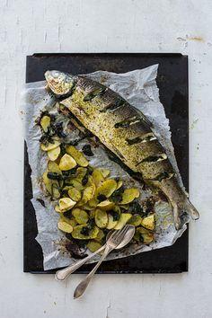 """Herkullinen kalaruoka valmistuu kätevästi """"samalla pellillä"""" - periaatteella!  Kokeile ja ihastu!                 4 - 6 annosta     n. 1 ..."""