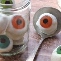 I've got to remember this for Halloween! Eyeball cookies: White chocolate-dipped sandwich cookies, gummy lifesavers and chocolate chips! maybe instead of sandwich cookies, use oreo balls? Dulces Halloween, Bolo Halloween, Postres Halloween, Halloween Fruit, Halloween Punch, Theme Halloween, Halloween Goodies, Halloween Cupcakes, Holidays Halloween
