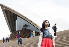 """Australia, not Austria: Österreichs Song-Contest-Queen Conchita Wurst ist derzeit in der einstigen Sträflingskolonie der britischen Krone unterwegs, um Werbung für ihr erstes Album zu machen, das am 15. Mai veröffentlicht wird. Erste Erkenntnis: Australien liebt den ESC. """"Die sind in der Tat so verrückt nach dem Eurovision Song Contest wie es immer dargestellt wird"""", freute sich die Künstlerin, die diesmal wirklich in """"Australia"""" und nicht in """"Austria"""" ist. Mehr Bilder des Tages auf…"""