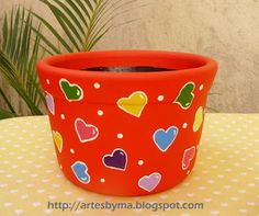 artes by Má  (vaso de cerâmica decorado #corações) Flower Pot Art, Flower Pot Design, Flower Pot Crafts, Clay Pot Crafts, Ceramic Pots, Terracotta Pots, Clay Pots, Painted Plant Pots, Painted Flower Pots