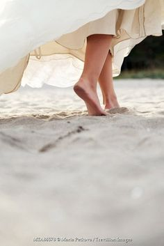 https://www.trevillion.com/stock-photo/woman-in-wedding-dress-walking-on-beach/search/detailmodal-0_00250271.html?dvx=1715