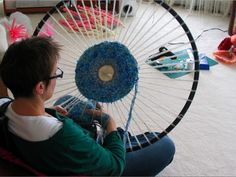 How to make a hula hoop loom. And then weave on it. How to make a hula hoop loom. And then weave on it. Plastic Bag Crafts, Yarn Crafts, Plastic Bags, Plastic Spoons, Weaving Projects, Craft Projects, Knitting Projects, Circular Weaving, Ideias Diy