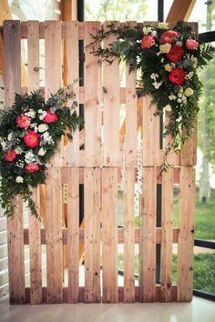 Fotocall de bodas hecho con una paleta de madera y peonias. Decoración de Fleur de Vanille, Moscú.