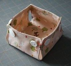 Tutorial: Little fabric baskets with button corners