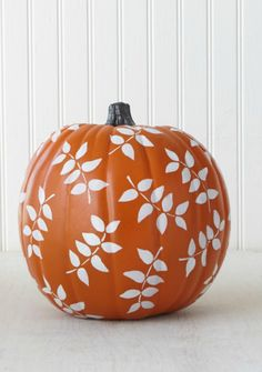 No-Carve Pumpkin Decorating Ideas. Pumpkins are all part of Halloween Decorations and here are ideas and inspiration to Make Your Own, without the mess of carving. Great for Halloween Party Decor too Fröhliches Halloween, Halloween Pumpkins, Halloween Decorations, Pumpkin Decorations, Samhain Decorations, Martha Stewart Home, Martha Stewart Crafts, Hallowen Food, No Carve Pumpkin Decorating