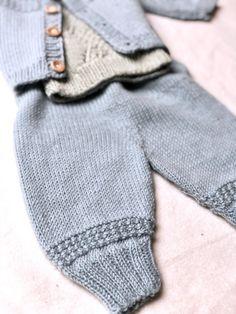 strikkede babybukser Knitting For Kids, Baby Knitting Patterns, Knitting Videos, Baby Leggings, Little Ones, Ravelry, Free Pattern, Knit Crochet, Kids Fashion