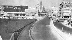 """La avenida Jalisco, en el corazón de Tacubaya, vista desde el cruce con Parque Lira a inicios de los años setenta. A la izquierda destaca la fachada del cine Carrusel 70, que actualmente es una tienda Suburbia, y al fondo del lado derecho se alcanza a ver el Edificio Ermita. Imagen: """"Memoria del Metro de la Ciudad de México"""""""