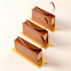 The Symphony of caramel  #symphony #caramel #fingers #chocolate #texture #fresh #crunchy #shiny #pastryart #lovethem #pastryinspiration #work #picoftheday #tbt #me #globalchocolatier #martindiez #instadaily #china #instasize by chefmartindiez