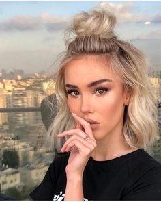 60 Best Short Hairstyles 2018 & 2019 Kurzes Haar Brötchen The post 60 beste kurze Frisuren 2018 & 2019 & Hair appeared first on Short hair styles . Short Hair Bun, Short Hair Styles, Cute Hairstyles For Short Hair, Blonde Bob Hairstyles, Short Hair Makeup, Knot Hairstyles, Bob Hairstyles How To Style, Styling Short Hair Bob, How To Style Short Hair