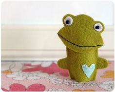 Want to make 5 of these little frog finger puppets so we can sing the 5 speckled frogs on a log song! Finger puppets (pattern)