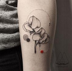A artista turca Mentat Gamze cria incríveis tatuagens minimalistas com elementos geométricos e detalhes em cor;