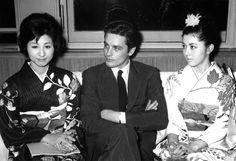 April 1,1963   French actor Alan Delon , Japanese actress Kyoko Kagawa  and Haruko Wanibuchi  1963年4月1日  フランス映画俳優 アラン・ドロン(中央)、香川京子(左)、鰐淵晴子(右)