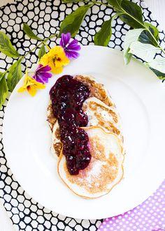 Für ca. 5 Pancakes: 35g Eiweißpulver (neutral)* 10g Mandelmehl* 10gXylit* oder anderen Zuckerersatz nach Wahl 30ml Buttermilch 2 Eiweiß 1 EL Mineralwasser 1 Prise Zimt Etwas Backpulver Alle Zutaten in eine Schüssel geben und gründlich miteinander vermengen. Etwas Öl in einer Pfanne erhitzen (mittlere Hitze), ca. 1 EL Teig in die Pfanne geben und mit …