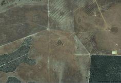 """UFO IN AUSTRALIA Lo scenario che si scopre alle coordinate 30°30'38.44""""S 115°22'56.03""""E, è certamente noto agli """"osservatori"""" di Google Heart: stiamo parlando del celebre triangolo con diverse luci luminose all'interno che compare al centro di un campo. Quando fu scoperto... Continua su: https://www.facebook.com/misterinelweb/photos/a.243239655797650.55015.176928892428727/243241382464144/?type=1&theater"""