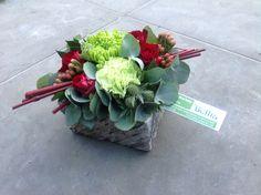 Grafstukje met rode cornus Grave Flowers, Sympathy Flowers, Bunch Of Flowers, Natural Texture, Flower Decorations, Flower Designs, Floral Arrangements, Fall Decor, Diy And Crafts