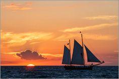 Rico Ködder - Ein Segelschiff im Sonnenuntergang auf der Ostsee
