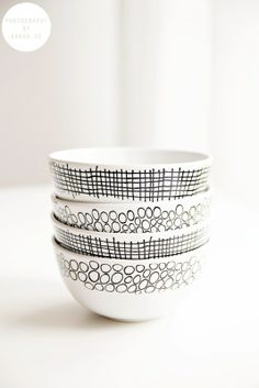 could be easy to DIY with sharpie & white bowls SHELL or this at the shower! Pottery Painting, Ceramic Painting, Diy Painting, Ceramic Art, Home Design Images, House Design Photos, Ceramic Bowls, Ceramic Pottery, Pebeo Porcelaine 150