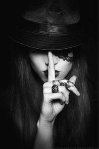 """Mõ cho mình tấm cô gái đưa ngón tay lên miệg kiểu """"Suỵt"""" nhá mỡ.tks mỡ trước.gấp nha mỡ"""