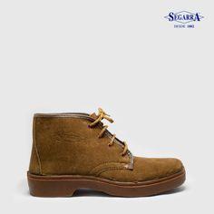 Una bota resistente que podrás llevar al trabajo, gracias a su altísima durabilidad. Está fabricada en piel natural que facilita la transpiración del pie, por lo que se trata de un calzado muy cómodo.