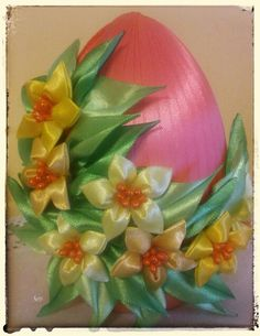 Jajko kanzashi Crafts To Make, Diy Crafts, Easter Projects, Kanzashi Flowers, Ribbon Art, Flower Backdrop, Egg Art, Holiday Ornaments, Flower Crafts