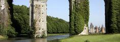 L'aqueduc de Vauban | Château de Maintenon L'énorme aqueduc inachevé qui traverse de part en part le domaine de Maintenon est la manifestation concrète des caprices d'un monarque.  L'ouvrage, seul édifice civil construit par Vauban, fut un chantier colossal et devait servir à porter les eaux de l'Eure jusqu'aux fontaines du château de Versailles. Alors perçu comme une balafre dans le parc du château, ses ruines lui confèrent aujourd'hui un charme romantique à l'Anglaise.