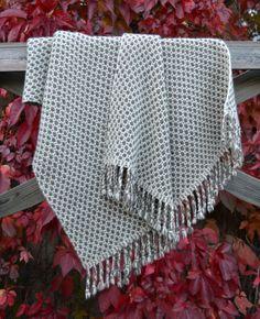 Blanket made with organic finnsheep wool (Tolvila sheep farm) / Suomenlampaanvillainen luomuhuopa (Tolvilan lammastila)