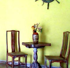 Jogo de mesa com 2 cadeiras, estilo bistrô: Feitas com material inteiramente reciclado de outros móveis antigos.