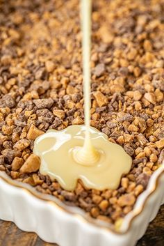 Cake Mix Toffee Bars - only 5 ingredients! Cake mix, eggs, butter, toffee bits and sweetened condensed milk. These are best if you make them the day before and refrigerate overnight. Great for parties, tailgating and your holiday cookie tray. Fluff Desserts, Köstliche Desserts, Delicious Desserts, Dessert Recipes, Chocolate Desserts, Cake Chocolate, Chocolate Toffee, Tailgate Desserts, Easy Dessert Bars