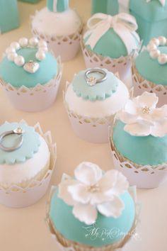 クレイのカップケーキ。ティファニーがテーマのウェディングに合わせたモチーフをトップには飾りました。