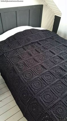 Gratis patroon Circle of Friends Square - Laura Haakt Mandensteek 2 om Lijkt me l This wonderful blanket is make Granny squares brought up to date - in just one colour This Pin was discovered by Bea Crochet Bedspread, Crochet Quilt, Crochet Squares, Crochet Home, Crochet Blanket Patterns, Love Crochet, Crochet Granny, Diy Crochet, Crochet Stitches