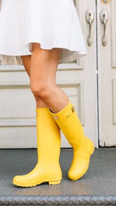 It's that time of year to pull out your rain boots! Colorful rain boots, like these yellow hunter boots, are such a fun way to add color! Yellow Rain Boots, Wellies Rain Boots, Hunter Rain Boots, Sock Shoes, Shoe Boots, Shoes Heels, Timberland Style, Timberland Fashion, Hunter Boots Outfit