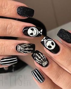 Looking for Halloween nails design ideas for your Halloween this year? We have provided you with more than 100 easy and cool Halloween nails design ideas. Check out these wonderful Halloween nails design ideas and try it out for yourself! Cute Halloween Nails, Halloween Acrylic Nails, Halloween Nail Designs, Best Acrylic Nails, Easy Halloween, Cute Nails, Pretty Nails, My Nails, Nail Swag