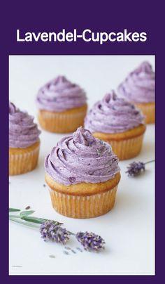 Lavendel-Cupcakes mit Vanille-Honig-Cupcakes sowie Heidelbeer-Buttercreme, lad dir den Sommer ein #lavendel #cupcakes #sommerrezept #geburtstag #hochzeit