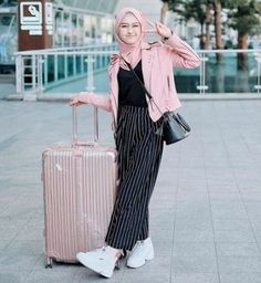 Flying anytime soon? Try a straight black&white stripe pants and pink leather jacket over a black shirt. Complimented with pink hijab and white neat sneakers!) (PS: Don't forget your suitcase! Modern Hijab Fashion, Street Hijab Fashion, Hijab Fashion Inspiration, Muslim Fashion, Modest Fashion, Look Fashion, Fashion Outfits, Casual Hijab Outfit, Hijab Chic