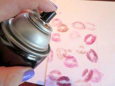 Wie entfernt man am besten Lippenstift auf Kleidung? Einmal beim Schminktisch nach dem Haarspray gegriffen und für 10 Minuten die betreffenden Stellen eingesprüht. Dann mit einem feuchten Lappen abgetupft und schließlich in die Waschmaschine schmeissen - fertig.