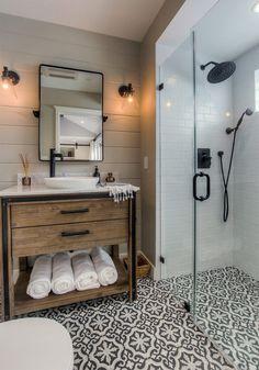 Seja no piso ou na parede, os acabamentos estampados conseguem deixar os banheiros com um toque divertido, uma contraposição aos clássicos banheiros branco