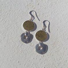 Brincos Ref.ª#B054 (peça única) Material utilizado em prata e cortiça pintada, 6,6 cm de comprimento.