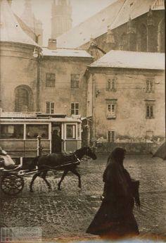 1927 r.widok na kościół Mariacki z Małego Rynku i po lewej jest okrągły kościół św. Barbary - na streetView: https://maps.google.co