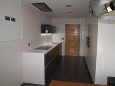 En esta cocina se ha instalado un extractor de techo en lugar de una campana decorativa de pared, el espacio queda mucho más abierto y con un diseño más limpio. Proyecto realizado por Uria Sukaldeak (Azkoitia)