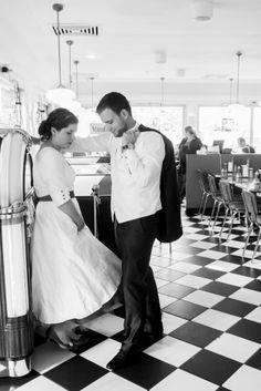 noni-schlichtes, modernes 50er Jahre Brautkleid mit Peticoat, V-Ausschnitt und Ärmeln  (www.noni-mode.de)
