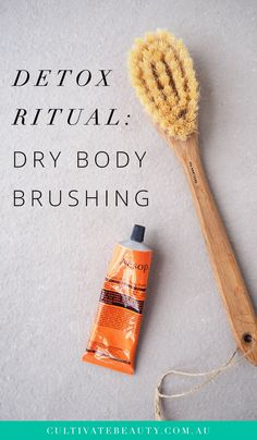 Dry Brushing Benefits: A Detox Ritual Dry body brushing is my favourite way to exfoliate my skin. Great in the treatment of scars, dry skin, stretch marks, cellulite, acne and keratosis pilaris! Benefits Of Dry Brushing, Dry Body Brushing, Dry Skin On Feet, Dry Skin Remedies, Acne Remedies, Natural Remedies, Body Acne, Reduce Cellulite, Skin Cream