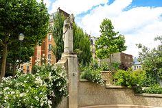 Au centre du square Suzanne Buisson (Paris18e) surplombant une fontaine, trône la statue de Saint-Denis, premier évêque de Paris. Selon la légende, c'est ici en 258, dans cette source, qu'il aurait lavé sa tête décapitée, après avoir gravi la butte Montmartre la tête entre les mains. Il aurait ensuite repris son chemin pour finalement s'écrouler mort dans la ville qui s'appelle aujourd'hui Saint-Denis.